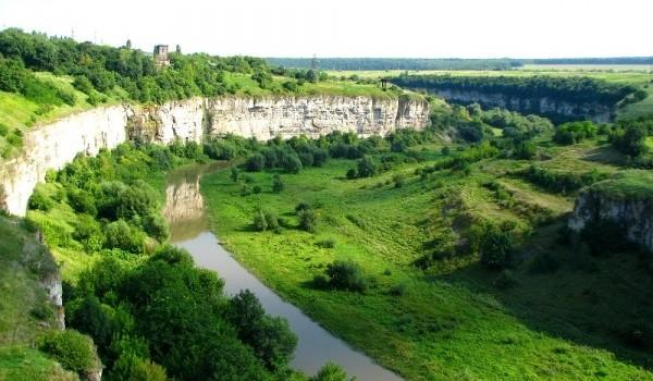 Кам'янець-Подільський краєвид на зелений Смотрицький каньйон