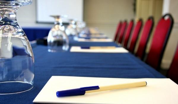 Облаштування конференц-залу вода, фліпчарт та розхідні матеріали